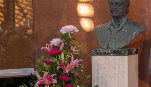 Ofrenda floral en homenaje a Alfredo Kraus coincidiendo con el día de su cumpleaños
